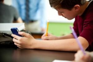 Tiener gebruikt smartphone
